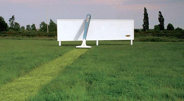 carteles publicitarios maquinilla de afeitar césped