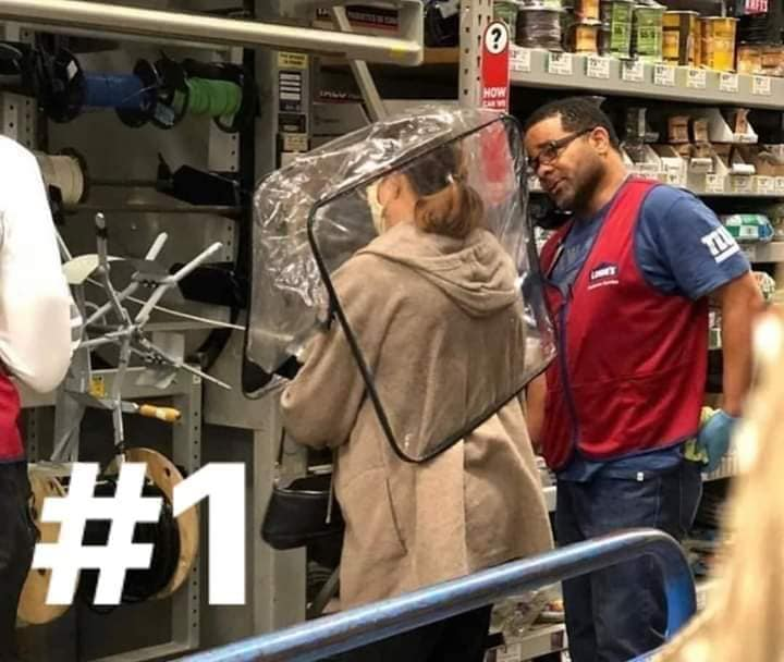 memes coronavirus señora en supermercado con bolsa de plastico en la cabeza